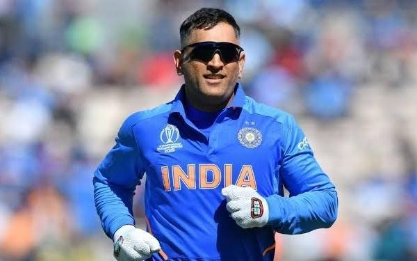 dhoni gives rs one lakh for 100 families