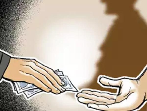 bribes patwari to hand over bribe