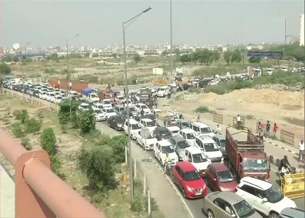 coronavirus delhi ghaziabad border vehicles jam