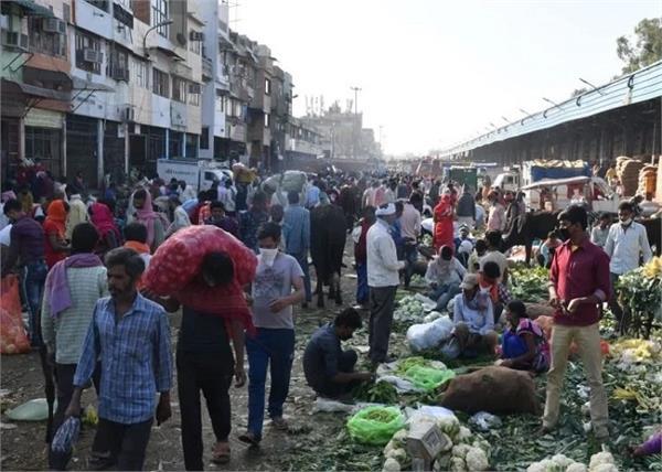 delhi azadpur mandi 15 people corona infected 13 shops sealed