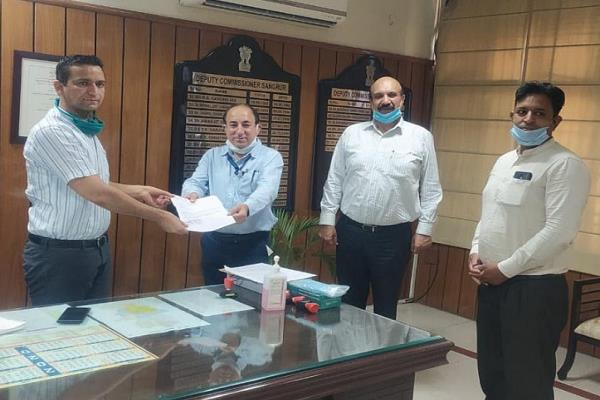 banks hand over rs 1 25 lakh draft to deputy commissioner