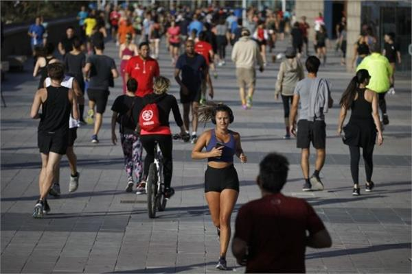 7 weeks after the lockdown  the spanish people set out to exercise