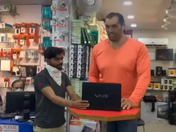 the great khali broke the laptop in anger  the video went viral