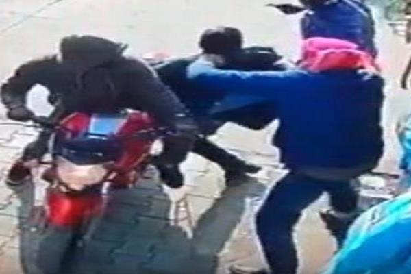3 robbers snatching his motorcycle mobile phone and purse