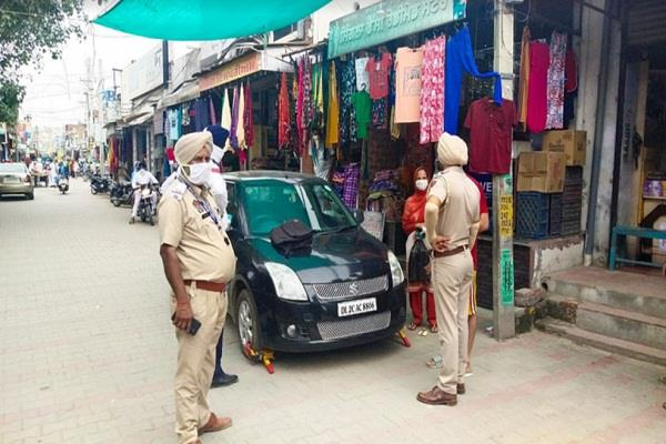 in the market  the traffic police issued challans by locking the tires of car