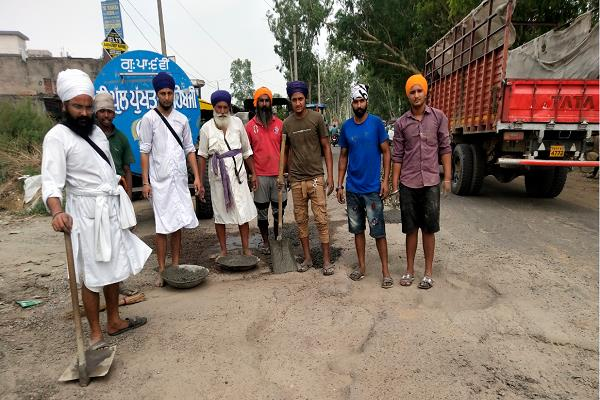 the sevadaar of gurdwara sahib repaired the road themselves