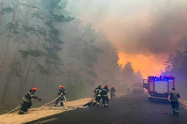 hundreds battle ukraine forest fire