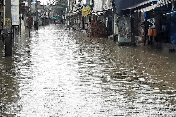 rains open drainage poles flooded city and turned market into lake