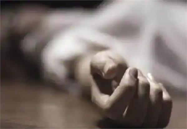 female employee jumped the third floor of delhi hospital