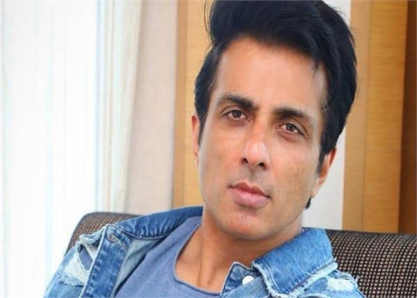sonu sood  giving away smartphones to students studying