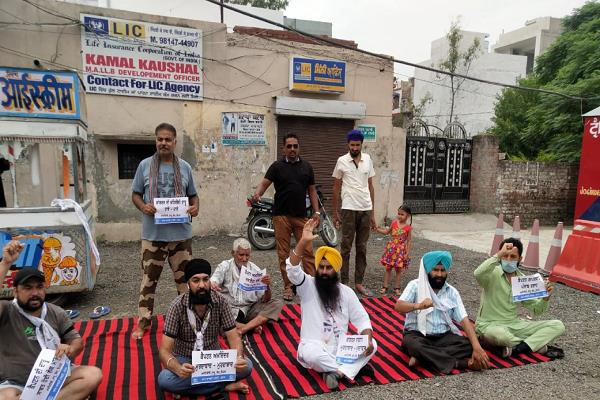 aap workers protest  blaming captain sarkar for deaths due to poisonous liquor