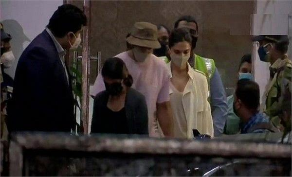 deepika padukone along with ranveer singh arrives at mumbai