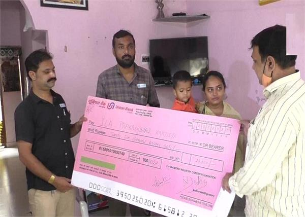 gujarat  surat  s diamond industry gives financial assistance to families