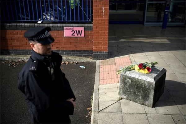 scotland yard officer shot dead at police station by suspect under custody