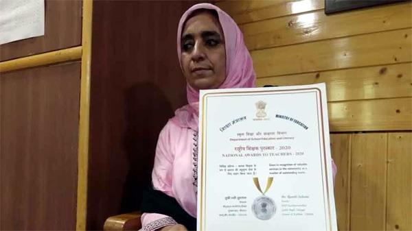 kashmiri school teacher honored with national award