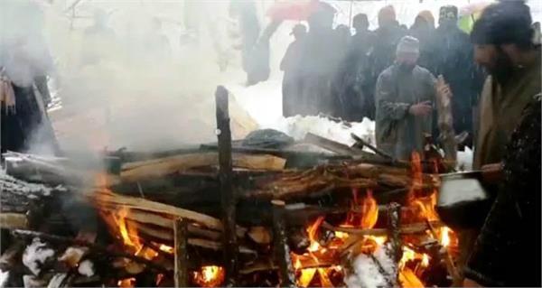 muslims perform last rites of kashmiri pandit amid snowfall