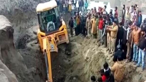 three children died due to falling of mud near the pond
