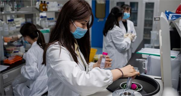 oxford scientists preparing vaccine versions to combat emerging virus variants