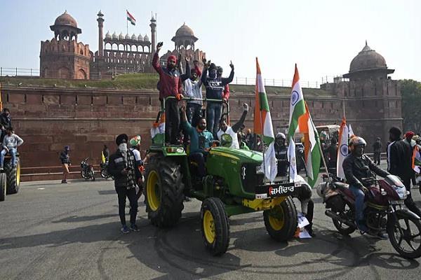 singhu border violence delhi farmers flags