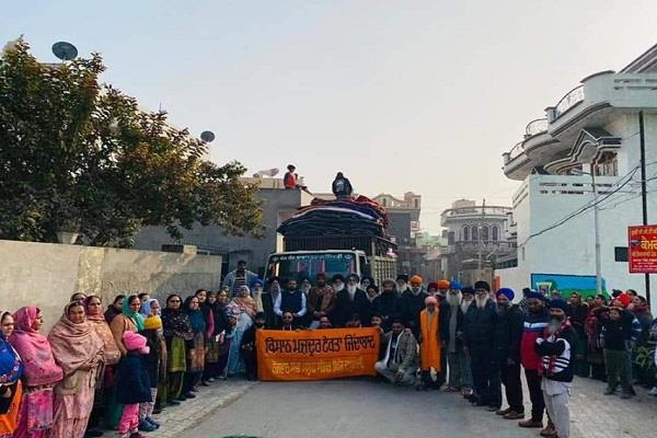 residents of village daburji filled beds with trucks sent for farmers