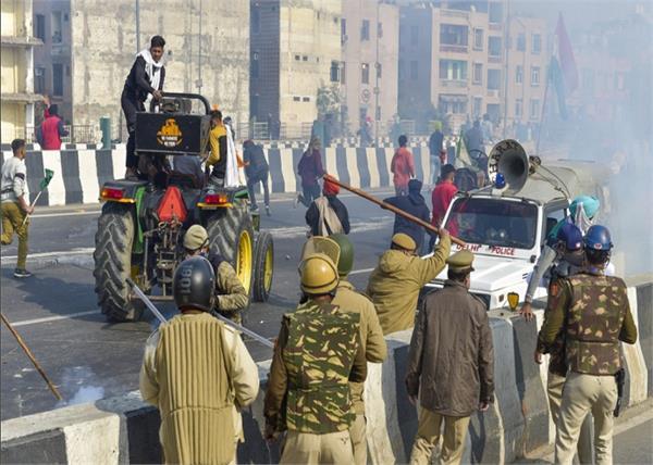 police uses tear gas to farmers break barricades at ghazipur border
