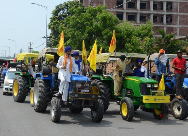 tractor parade meeting between farmers and the police