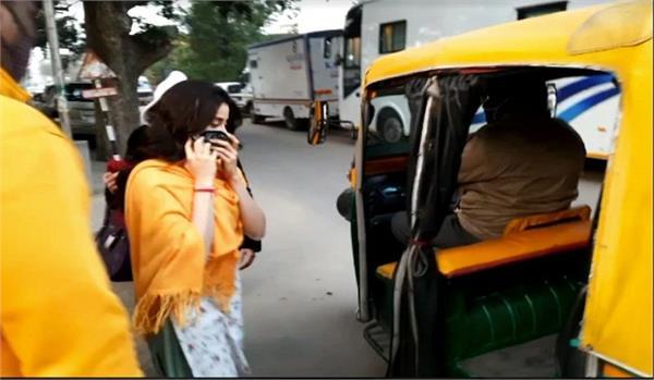 sridevi  s daughter janhvi kapoor riding on auto instead