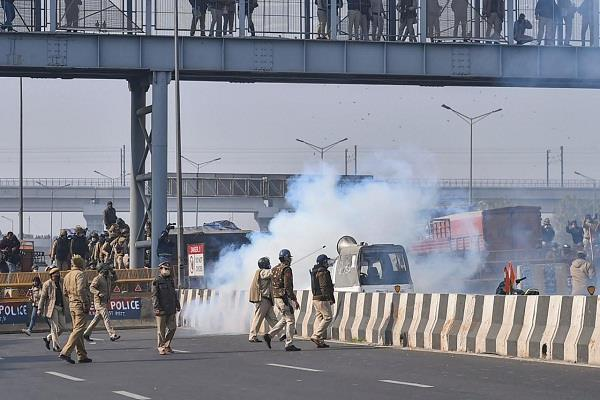 noida border farmers police barricade