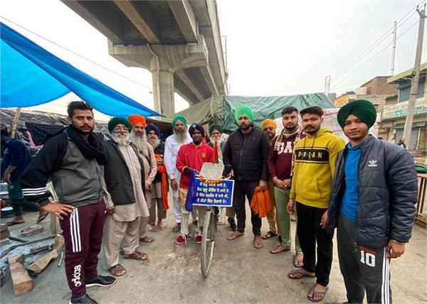 cycle  delhi border  zira  lovepreet singh