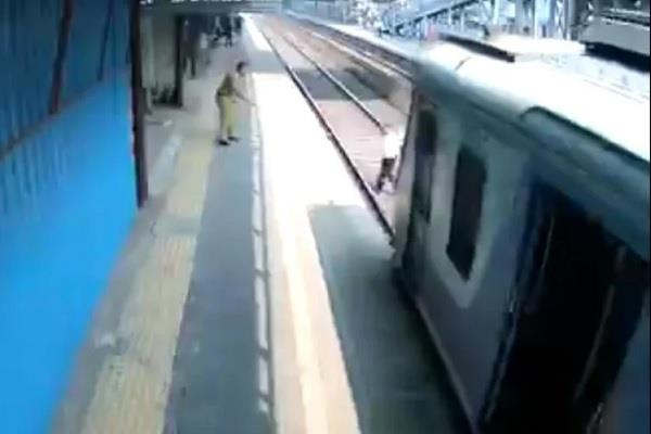 mumbai police constable railway track train