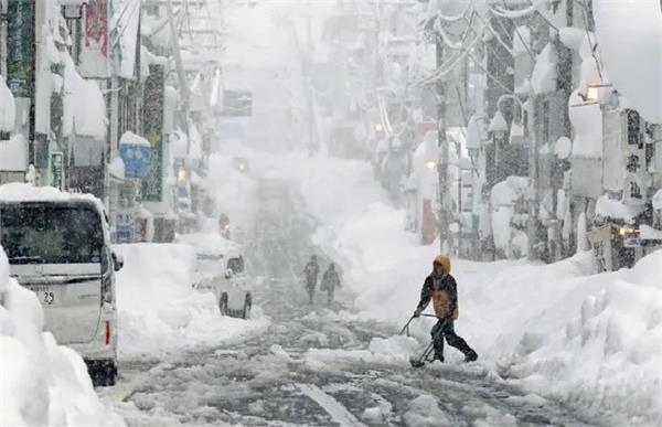 heavy snowfall kills 10 in japan