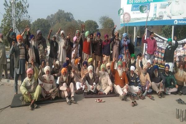 farmers   siege of petrol pump enters 113th day