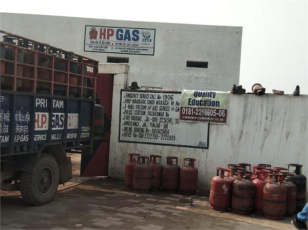 looting of a gas agency warehouse by 4 armed robbers