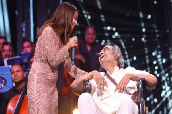 neha kakkar  help the debt ridden lyricist  donated rs 5 lakh