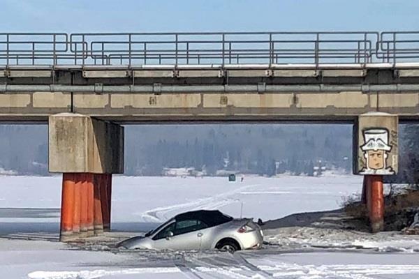2 vehicles fall through ice on wabamun lake