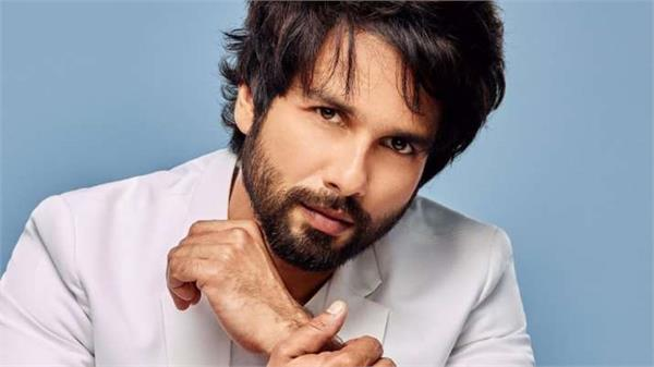 actor shahid kapoor  40  congratulates his wife in a romantic way
