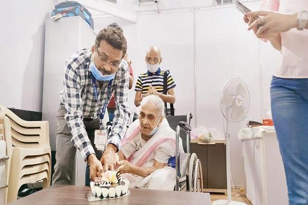 mumbai elderly woman corona vaccine cake celebration
