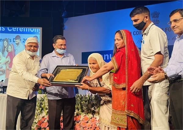 arvind kejriwal honoured mata mohinder kaur ji support to farmers protest