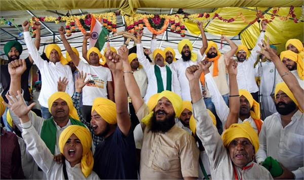 farmers wear yellow turbans to pay tributes martyrdom day