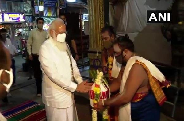 tamil nadu  pm modi arrives at meenakshi temple in madurai  offering prayers