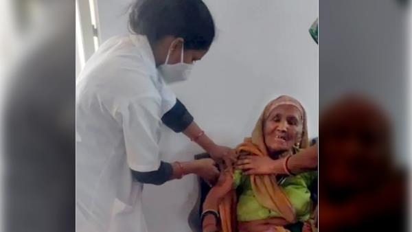 106 year old woman put corona vaccine