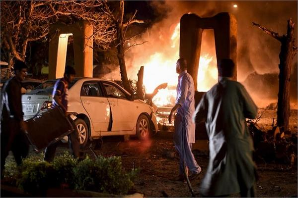 bomb blast near a pak hotel has killed at least 5 people 33 injured