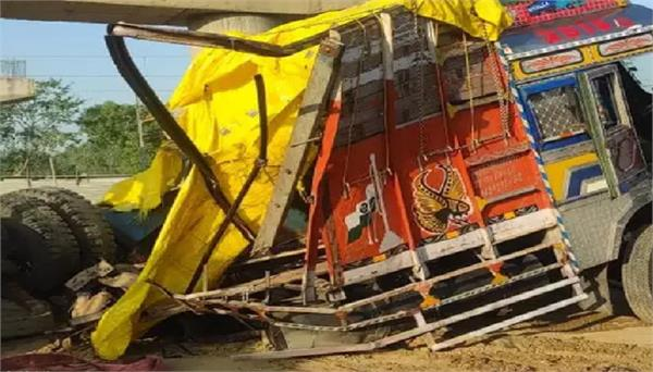 trucks collided with train in shahjahanpur five killed