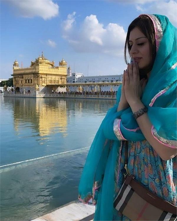 actress hansika motwani arrives at golden temple with family