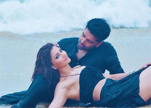guru urvashi viral romantic pics