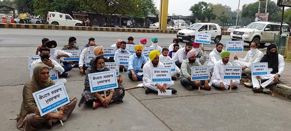 ferozepur  aap and farmers stage dharna in front of dc office over lack of bags