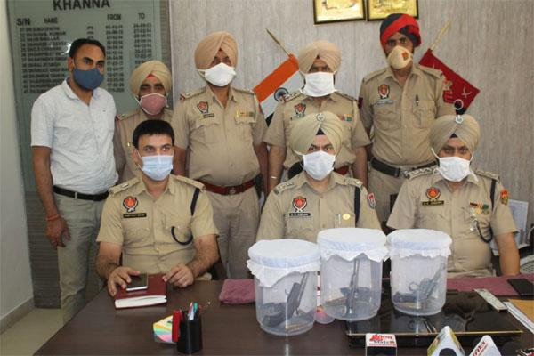 inter state gang involved in looting busted  2 youths arrested with 3 pistols