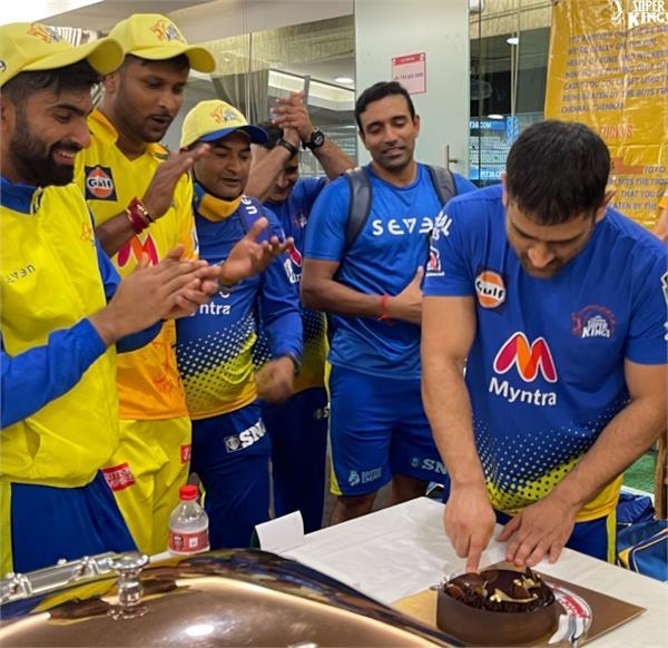 pbks vs csk mahendra singh dhoni celebrates 200th match cutting cake