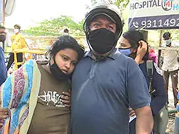man plea delhi covid hospital  please my wife admit