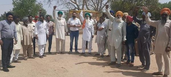 farmers chanting slogans against the government procurement center